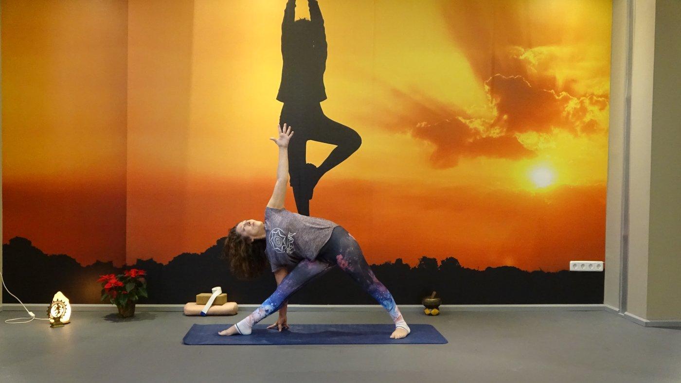 escuela-yoga-alcala-de-henares-trikonasana
